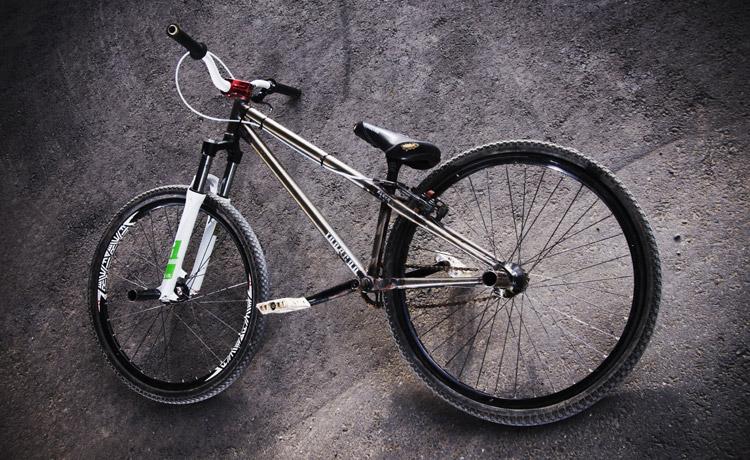 2インチライズのハンドルバーを付けたcroMOZUバイク