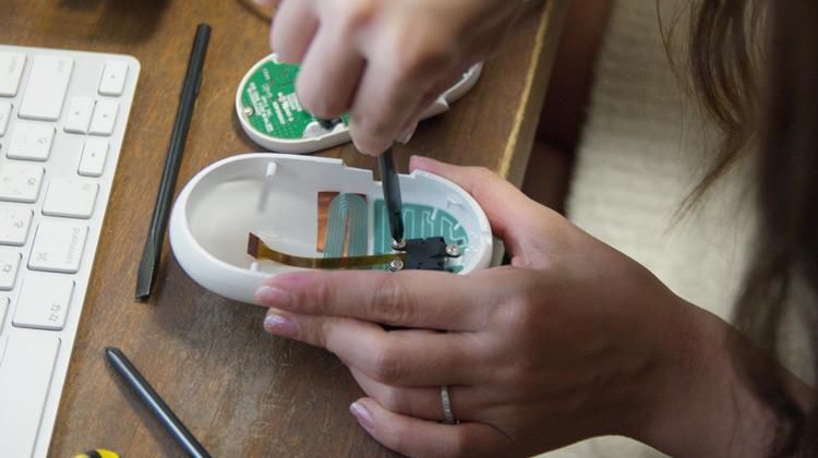 Appleマイティマウスを分解掃除する奥さん2