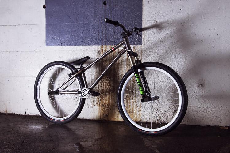 KHE MAC2をはいたMOZUバイク