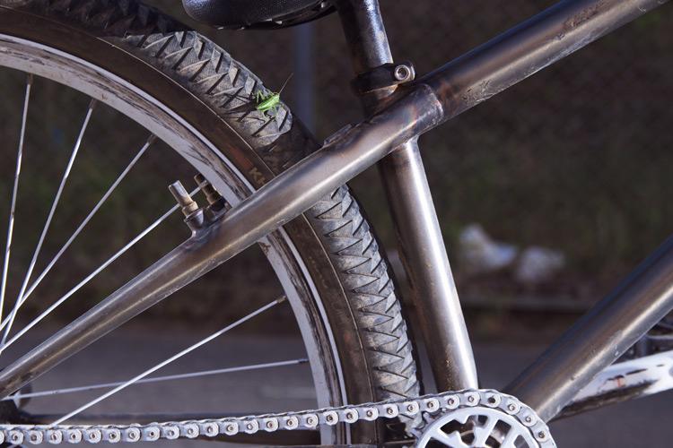 MOZUバイクのリアホイールとシートチューブのクリアランス