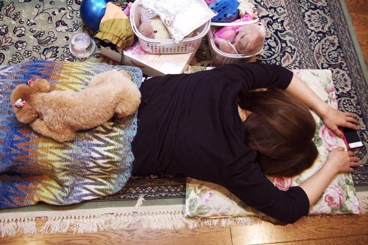 九州旅行 爆睡する奥さんの上で寝るななちゃん