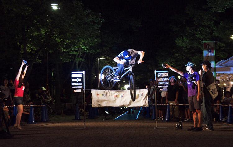 PEDAL DAY 2012 バニーホップコンテストで105cmを飛ぶ工藤君