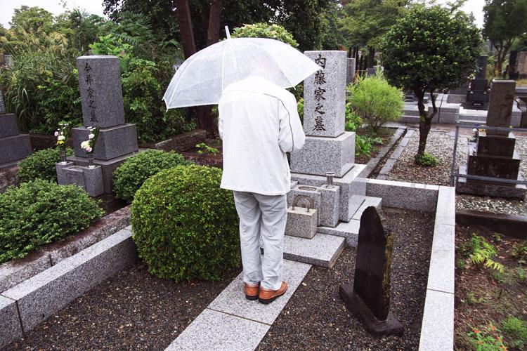 土砂降りの中で墓参り