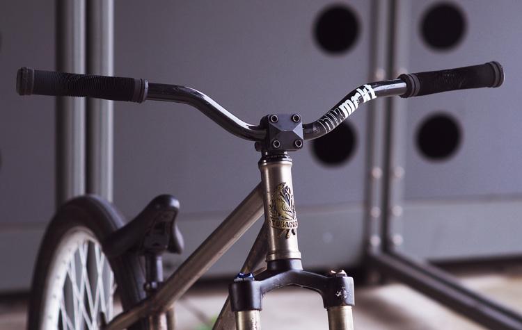 サモのMOZUバイクのハンドル周り