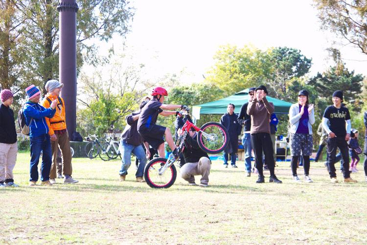 秋ヶ瀬の森バイクロアでトライアルショーをする健太君