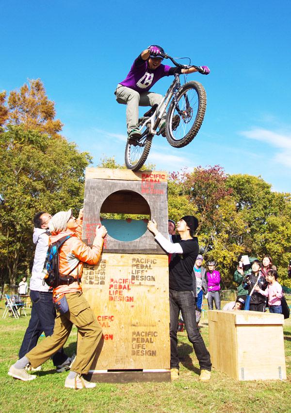 秋ヶ瀬の森バイクロアでトライアルショーをするjinkenさん