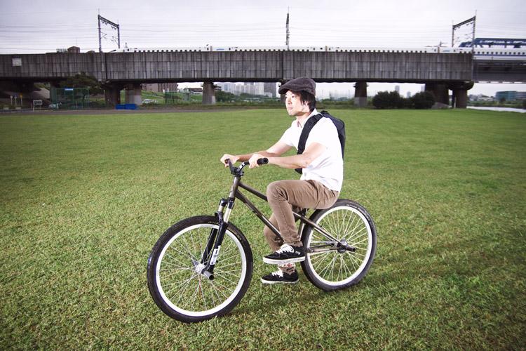 TUBAGRA MOZUバイクにまたがるサモ