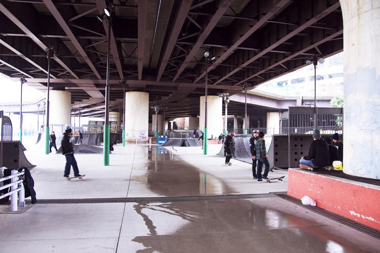 雨で混雑している新横浜スケートパーク