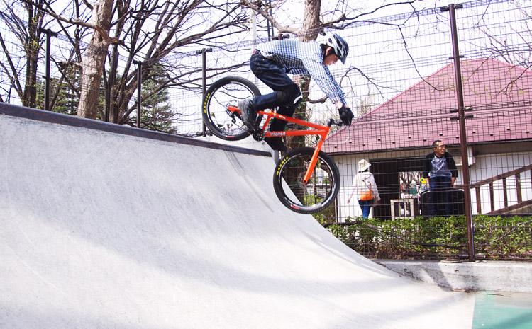 世田谷公園スケートパークで乗るトクモリさん