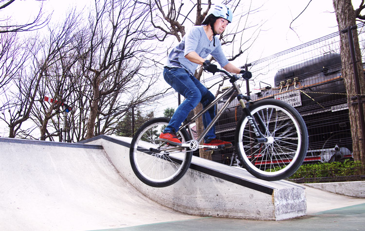世田谷公園スケートパークで乗るサモ