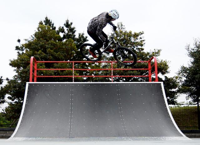 城南島スケートパークでエアターン