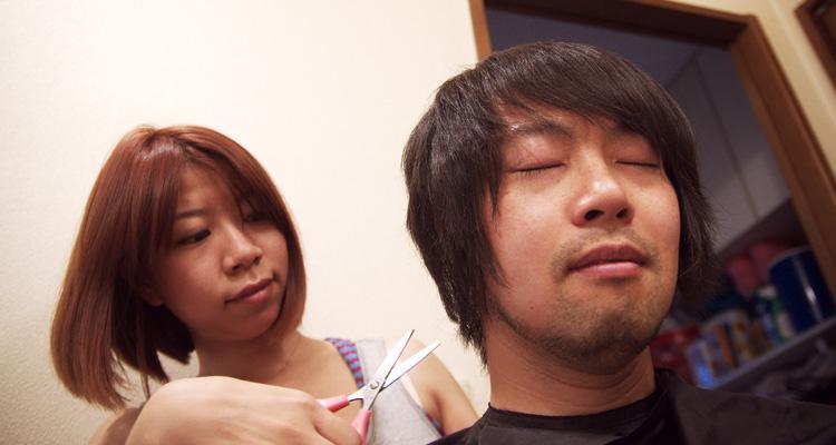 奥さんに髪の毛を切ってもらう