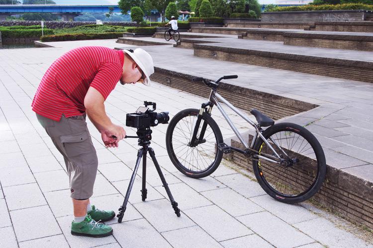 髭坊主さんにTUBAGRA SHAKAバイクを撮影してもらっている