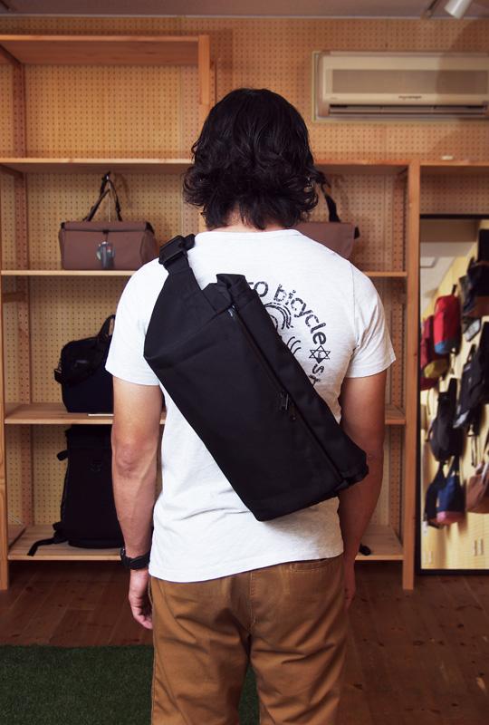 beruf baggageのSTROLL BODYPACKを装着するTUBAGRA工藤
