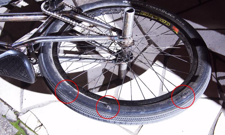 タイヤのサイドウォール修理:裂け箇所を確認