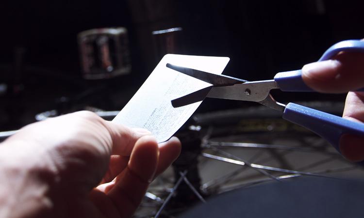 タイヤのサイドウォール修理:樹脂製カードをカットします