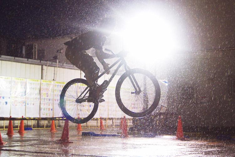 豪雨の中でバースピンをする工藤君
