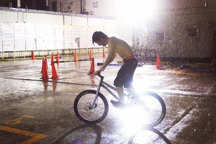 豪雨の中上半身裸で乗るステム君