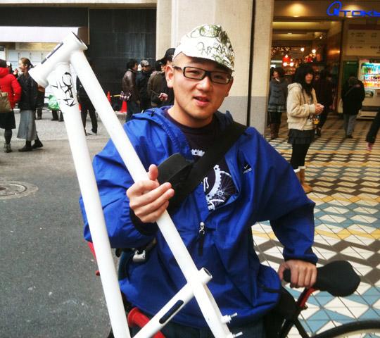 2009年12月に森田君のフレームをモモイロ中村さんに渡した時の写真