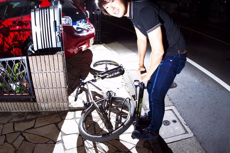タイヤ修理中のサモ