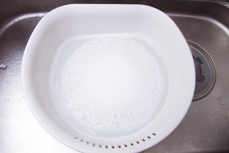 粉末タイプの酸素系の漂白剤(ワイドハイターなど)に熱湯を注いでかき混ぜ溶かす