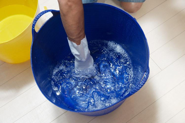 洗剤を入れて溶かします