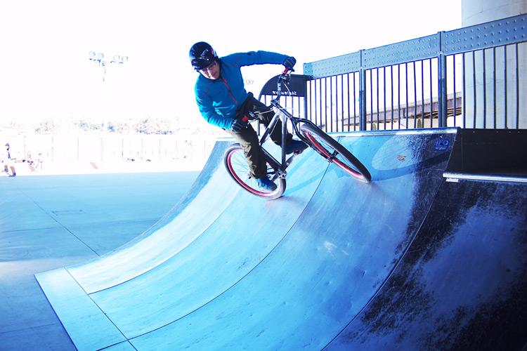 新横浜スケートパークで小西さんのカービングターン