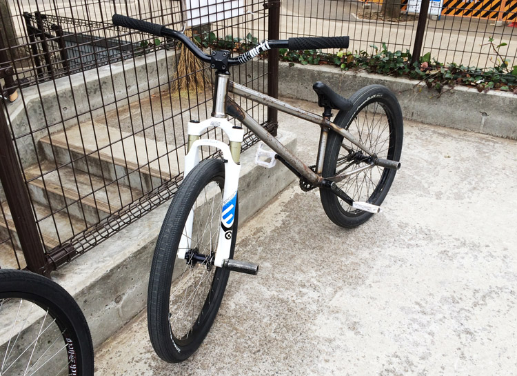 60mmストロークのSR SUNTOUR EPICONを装着したSHAKAバイク