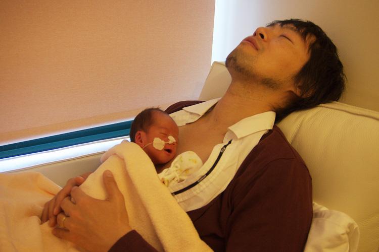 カンガルーケアで爆睡する自分と息子