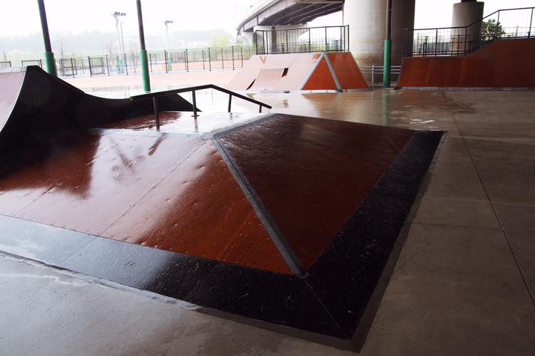 霧雨が吹き込み乗れない新横浜スケートパーク