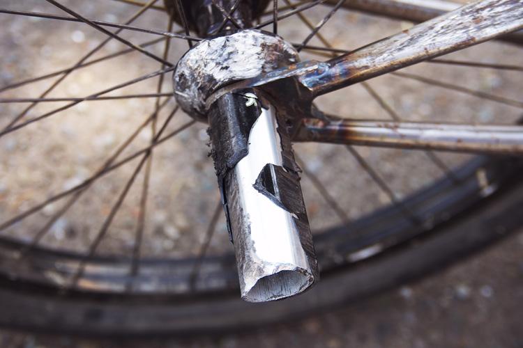 壊れた樹脂製ペグ