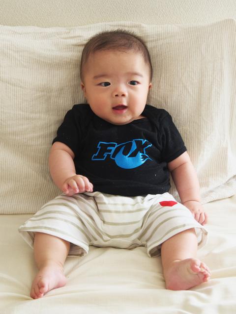 小川輪業の小川さんよりいただいたFOX RACING SHOXのTシャツを着る叶大