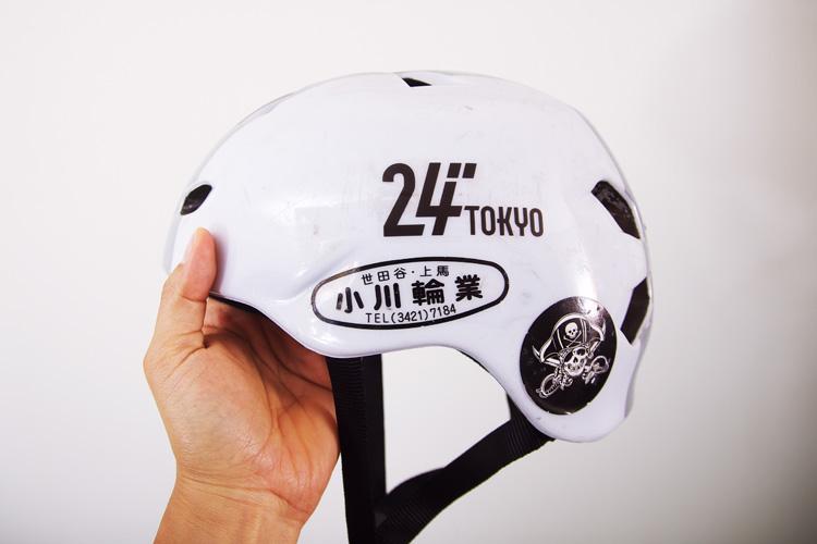 """「24""""TOKYOステッカーを貼ったbernのヘルメット"""