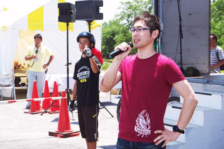 ふっさ環境フェスティバルでマウンテンバイクトライアルショーのMCをするTUBAGRA森田君