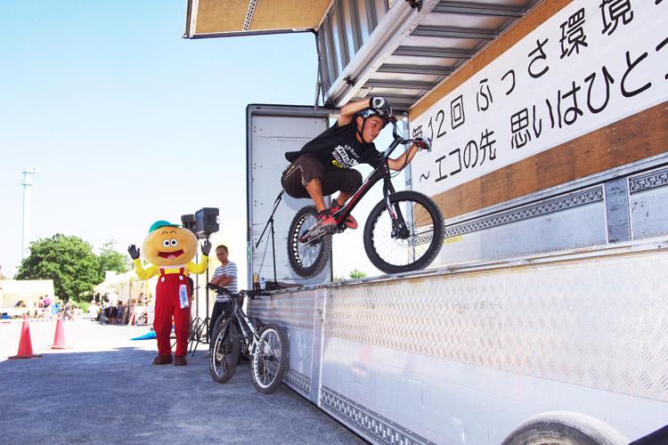 ふっさ環境フェスティバルでトライアルバイクに乗る安部健太君