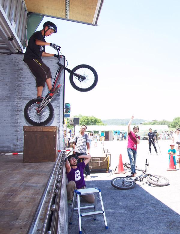 ふっさ環境フェスティバルでマウンテンバイク&トライアルショーの安部健太君