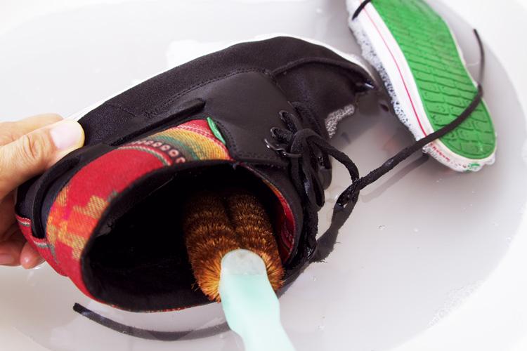 キャンバス地のスニーカーの洗い方