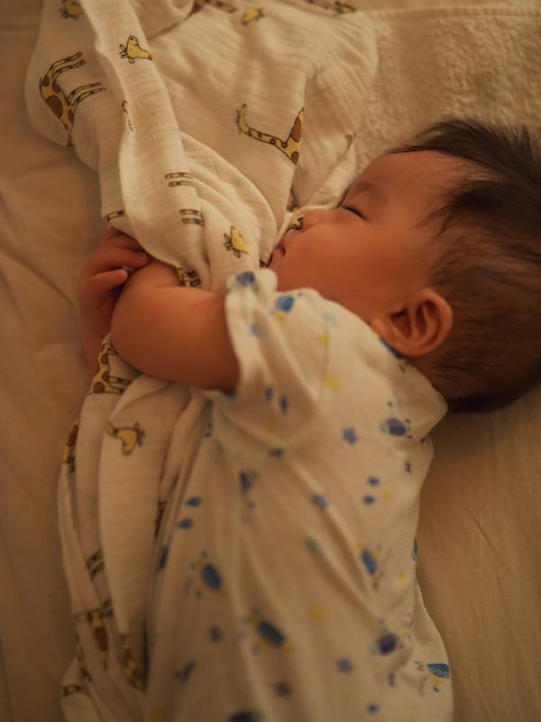 シーツを抱きしめて眠る叶大