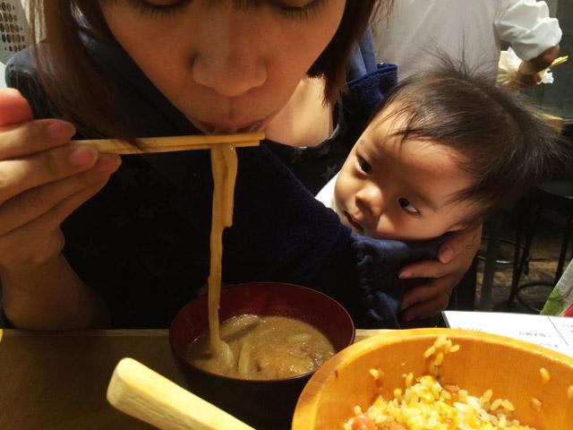 奥さんが食べるカレーうどんをガン見する叶大