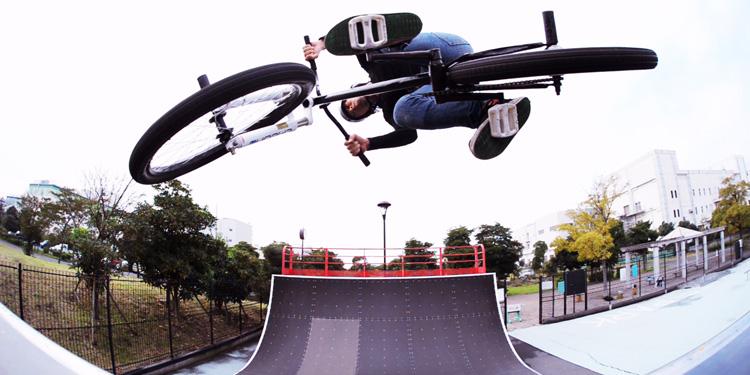 城南島スケートパークのクォーターでエアターンをするサモ