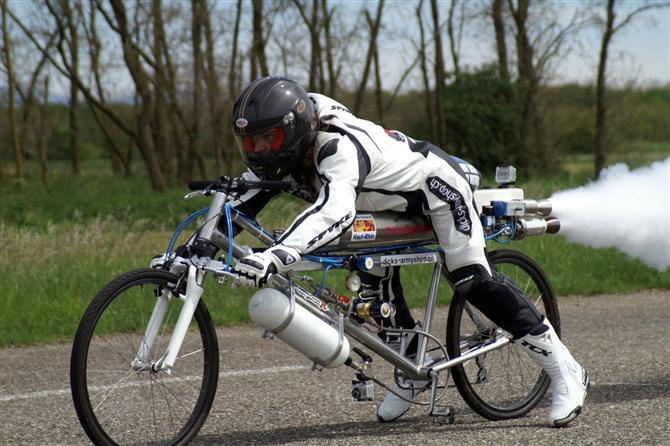 フランスのフランソワ・ギッシーさんが水蒸気の力を利用して加速する「ロケットエンジン」を積んだ自転車