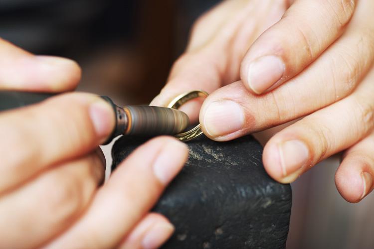 傷だらけの指輪をリューターで研磨するRui & Aguri FineJewerlyのRuiさん