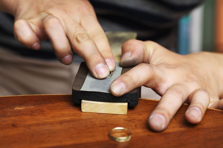 妻の指輪を目の細かいヤスリで研磨するRui & Aguri FineJewerlyのRuiさん