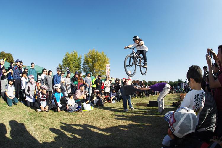 秋ヶ瀬の森バイクロア4でTUBAGRAのマウンテンバイク&トライアルショー