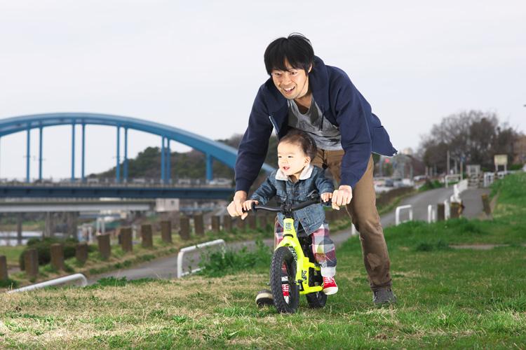 多摩川河原 サイクリングコース ランバイク COMMENCAL RAMONES 12 に乗る叶大