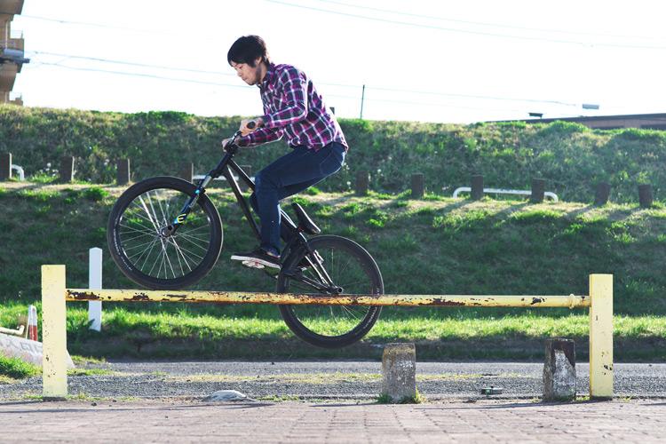 MTB マウンテンバイクSHAKA 多摩川河原サイクリングロード ハンドレールフィーブルグラインド