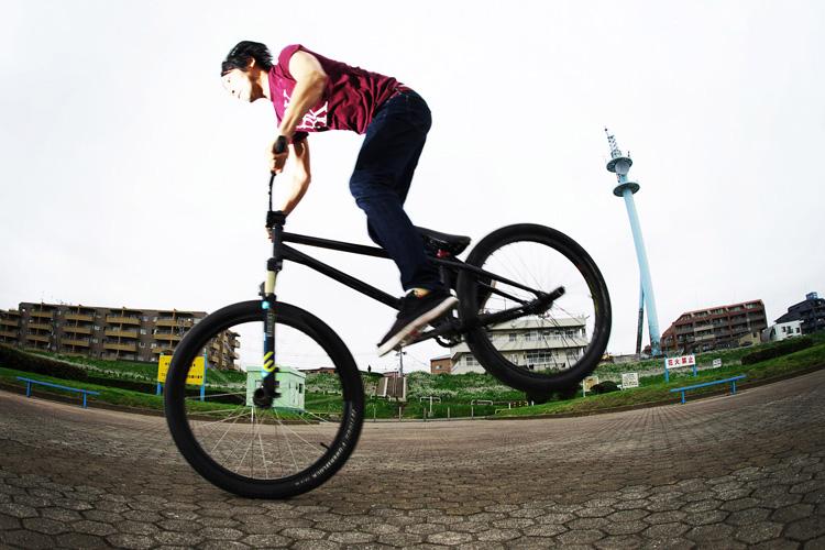 MTB マウンテンバイクSHAKA 多摩川河原サイクリングロード ノーズマニュアル練習