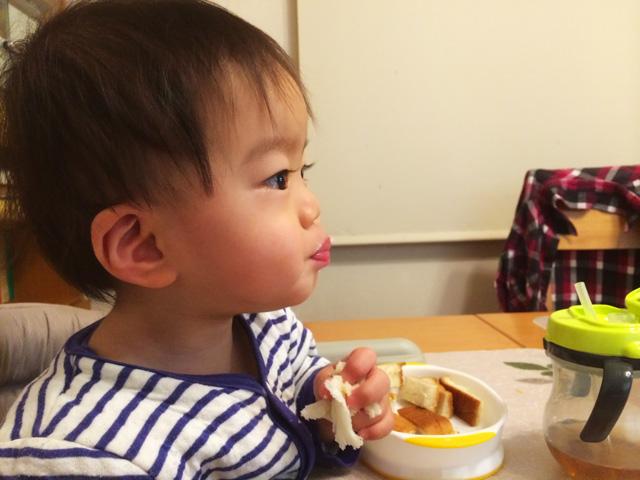 口をプスーととがらせて朝食のパンを食べる叶大