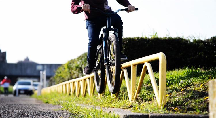 MTB マウンテンバイクSHAKA 多摩川河原サイクリングロード ダブルペググラインド