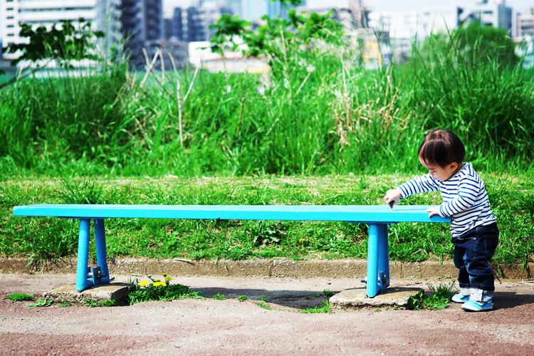 多摩川河原のベンチで遊ぶ叶大